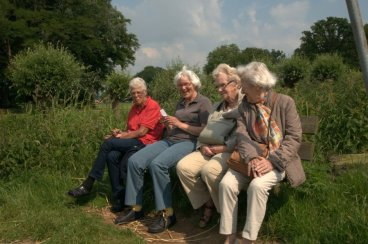 Hang ouderen aan de oever van de Berkel